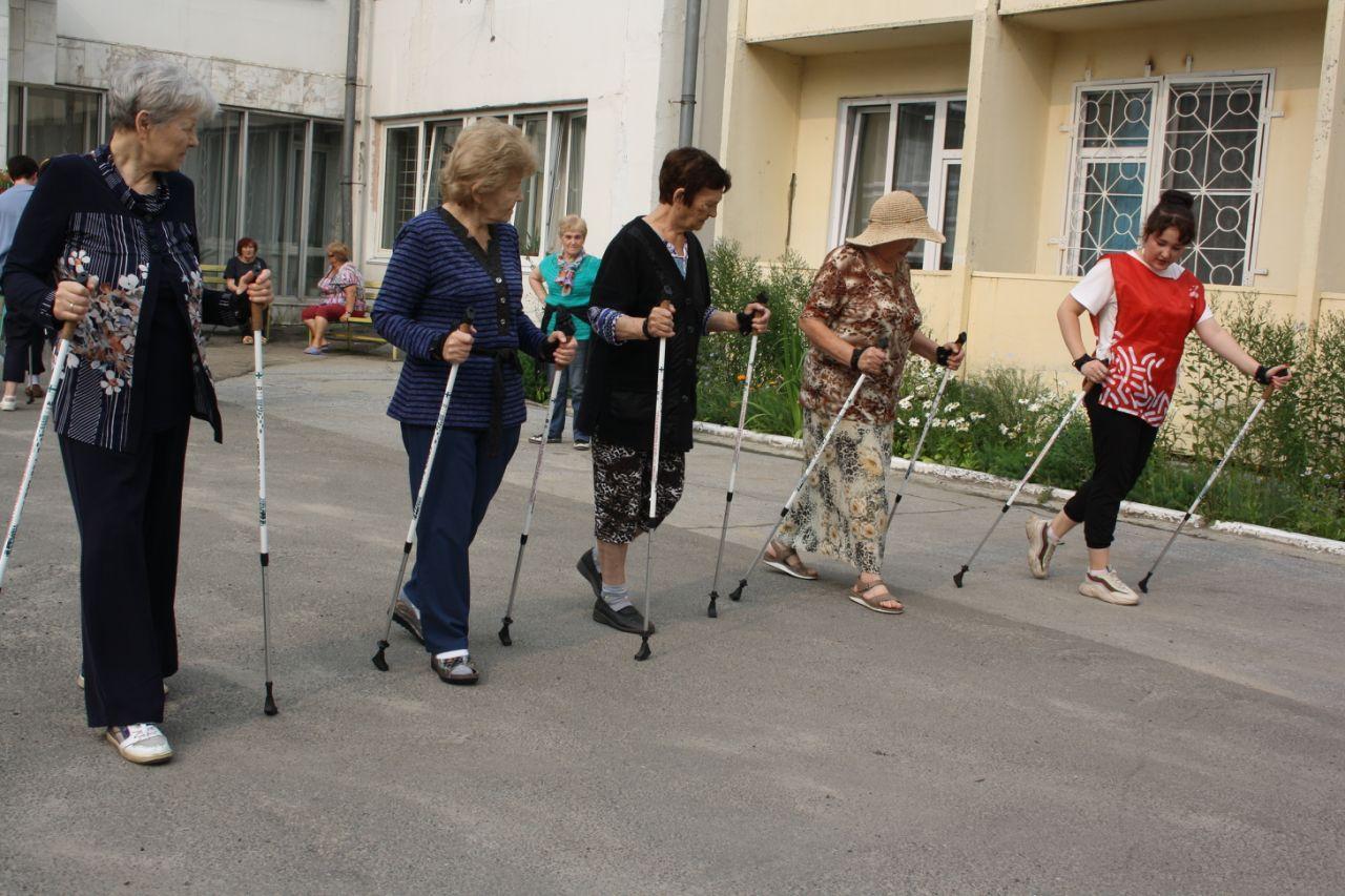 Волонтеры-медики провели мастер-класс по скандинавской ходьбе для пациентов областного Госпиталя ветеранов войн